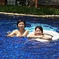 在泳池裡漂浮