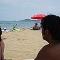 然後全部朝向海灘看