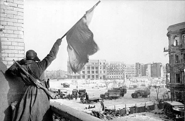 Bundesarchiv_Bild_183-W0506-316%2C_Russland%2C_Kampf_um_Stalingrad%2C_Siegesflagge