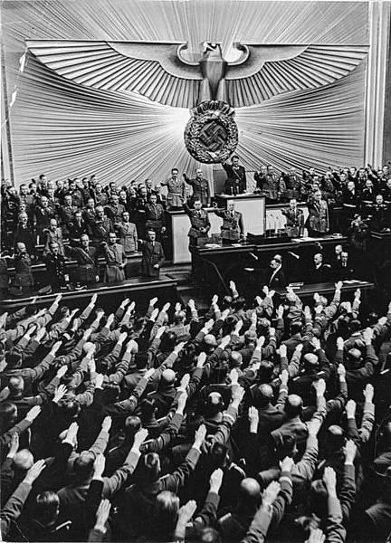 Bundesarchiv_Bild_183-2004-1001-501,_Berlin,_Reichstagssitzung,_Adolf_Hitler