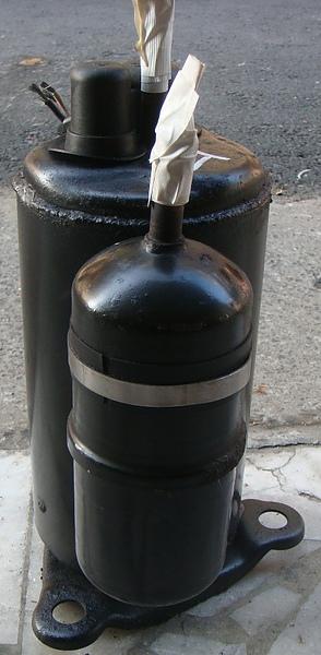 冷媒管靠近左邊腳座.JPG