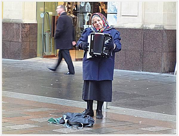 街頭藝人婆婆.jpg