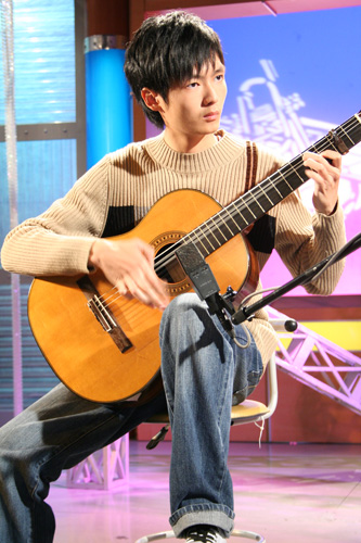 蕭仲听從八歲就開始學習古典吉他  已經九年的時間了