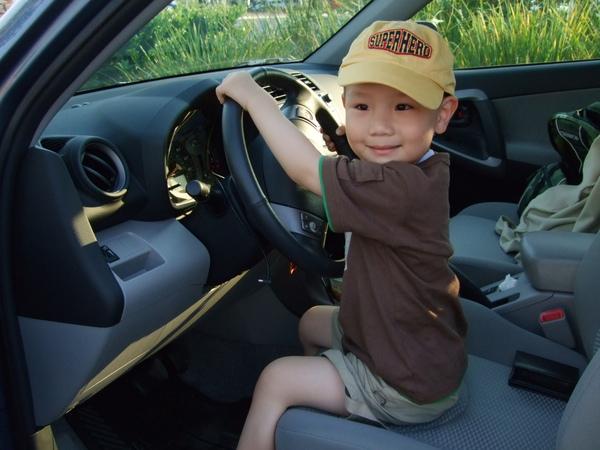 小人開大車