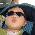 偷戴哥哥的太陽眼鏡~~~
