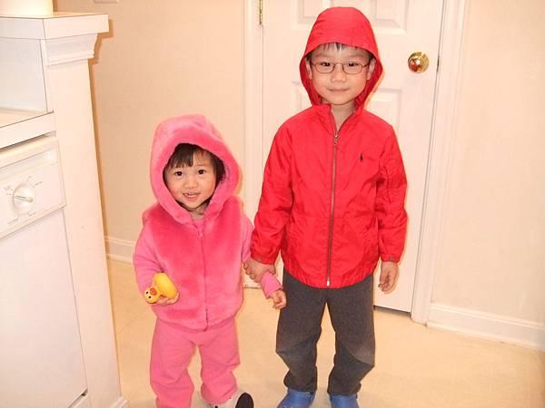 兩人在穿衣間裡胡搞瞎搞地變裝:爸爸帶女兒散步﹝兄妹倆樂此不彼的扮裝遊戲﹞