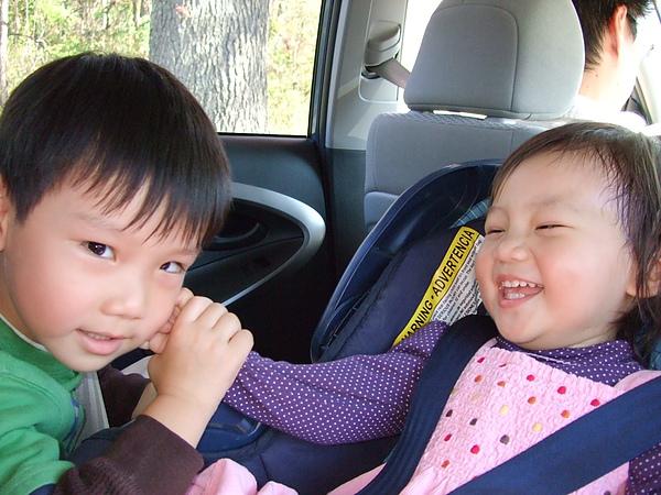 哥哥和妹妹玩,瞧佩姬妹樂成這樣~~~