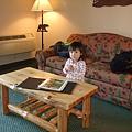在小客廳裡看書