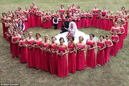 英女教師婚禮80位伴娘場面盛大