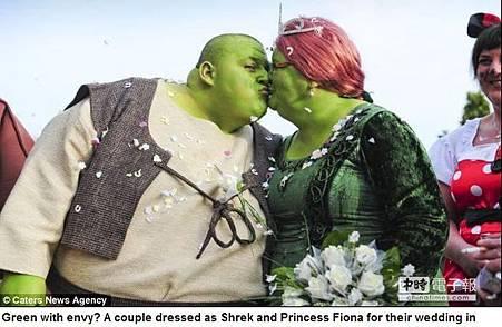 為癌友募款 英新人扮史瑞克籌愛心婚宴
