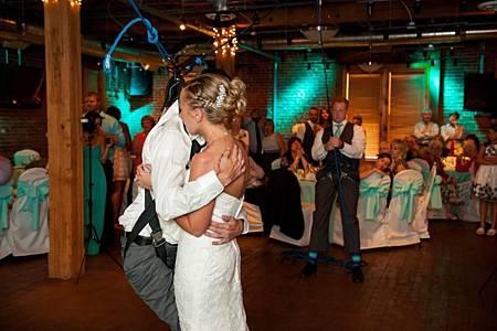 癱瘓新郎婚禮站起 與新娘共舞