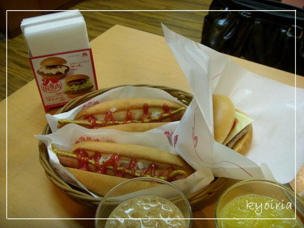 在日本也不忘吃摩斯熱狗堡