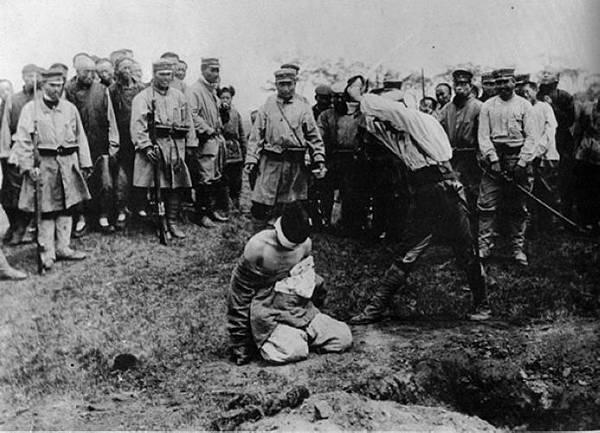 1905圖為遼寧省開原市一正被斬首的中國人。