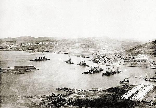 明治三十七八年海史第二旅順港內殘敗之俄國第一太平洋艦隊,之後被日本海軍所加以救濟利用