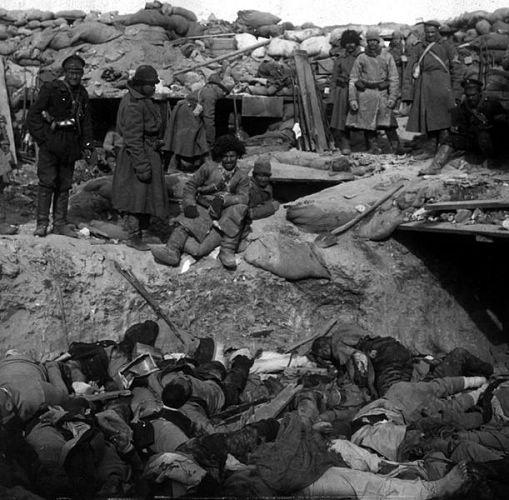 1905俄國軍人站在堆滿戰死的日本軍人屍體的壕溝前