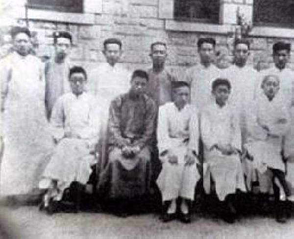 1926年扶輪中學理科班的畢業生合影~前排左三為陳省身