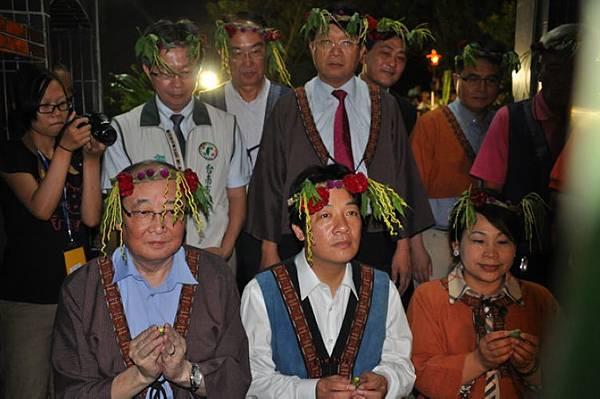 文化部次長洪孟啟(前排左1)等人向祖靈報告授證,後排左3為文化部文資局長施國隆