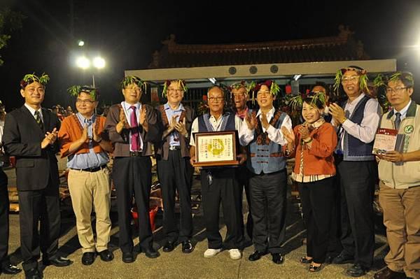 與會代表與來賓合照,左4為文化部次長洪孟啟,右2為文化部文資局局長施國隆