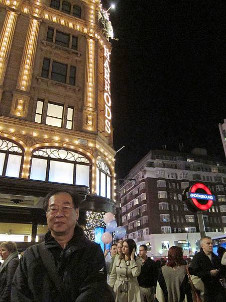 09 在英國倫敦Harrods百貨門前拍照以玆證明