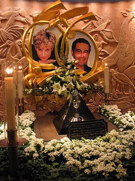 04英國「黛安娜」前王妃和「多迪•法耶茲」在英國倫敦Harrods百貨的紀念碑,內有:兩人的照片、留有戴安娜唇印的酒杯、Dodi在去世前一天買的訂婚戒指