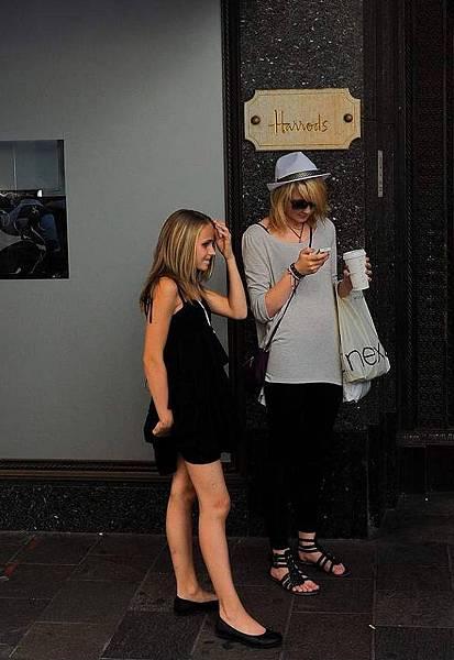 08英國倫敦Harrods百貨門前,美麗少女們用手機自拍完留念後在欣賞自己。