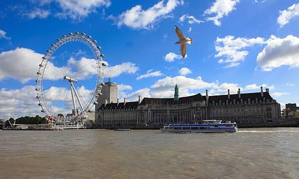 02我曾走過的倫敦~世界最高的摩天輪倫敦眼。倫敦眼後方的建築物是水族館(Aquarium),也有設達利展覽館(Dali Univerrs),展示達利設計的銅雕藝術作品。