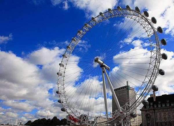 03我曾走過的倫敦~因應千禧年所建的倫敦眼,高約百餘公尺,越靠近它越覺得其身型龐大且高聳衝向天際,而為數不多的支架支撐起它重量級「身價」,讓人對其設計工程佩服不已。搭 乘外型有點像膠囊的摩天輪車廂往上攀升,窗外的國會大廈、大鵬鐘、西敏寺、泰晤士河等。