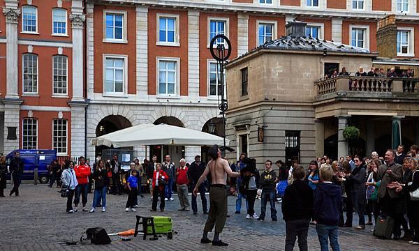 02科芬園(Covent Garden)到處有現場街頭藝人的表演。高水準的演出,讓許多人忍不住大聲叫好。