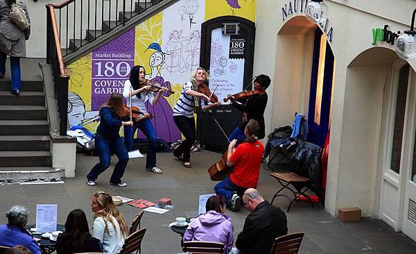 05這是街頭音樂家組成一個小小樂團在柯芬園挑空的大廳演出,演奏完畢後會有團員之一拿著一個小竹籃來募款。
