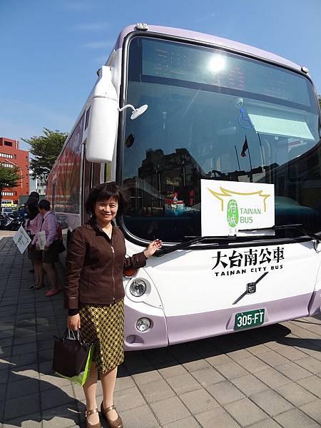 圖1-臺史博表示,20路公車開通來臺史博更加便利,臺史博副館長郭碧娥女士與20號公車合影。由臺史博提供。