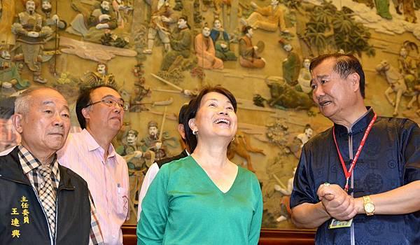 南鯤鯓代天府總幹事侯賢遜(右)、主委王連興(左)向龍部長介紹代天府的悠久歷史。