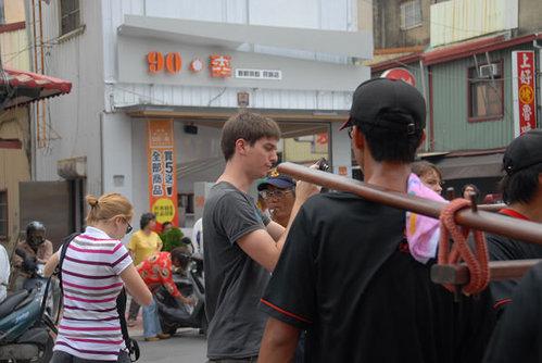 2011台南迓媽祖~老外 02.jpg