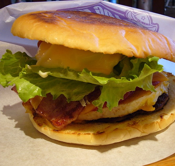 800px-The_Sasebo_burger_made_at_The_Logkit.jpg