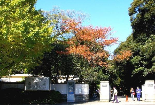 800px-Tokyo_Metropolitan_Museum_entrance.jpg