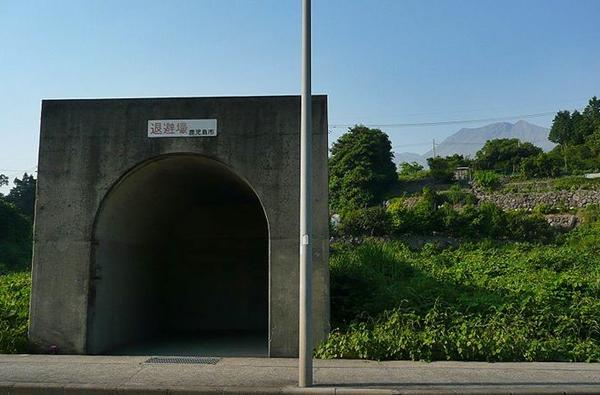 800px-Shelter_in_Sakurajima_2009.jpg