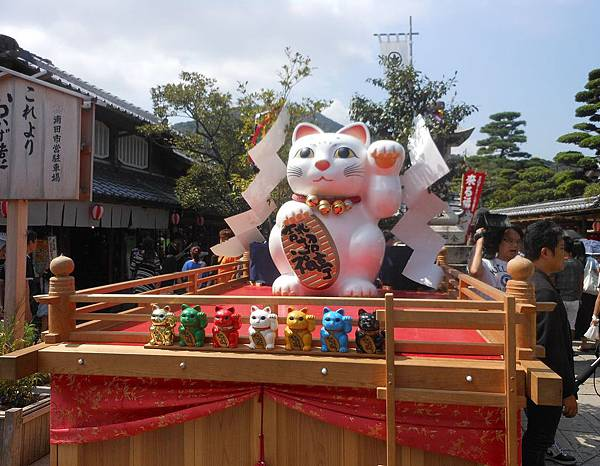 Maneki_Cat_Festival_in_Ise,_2013