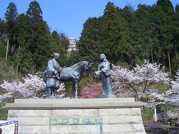 桜と一豊・千代銅像