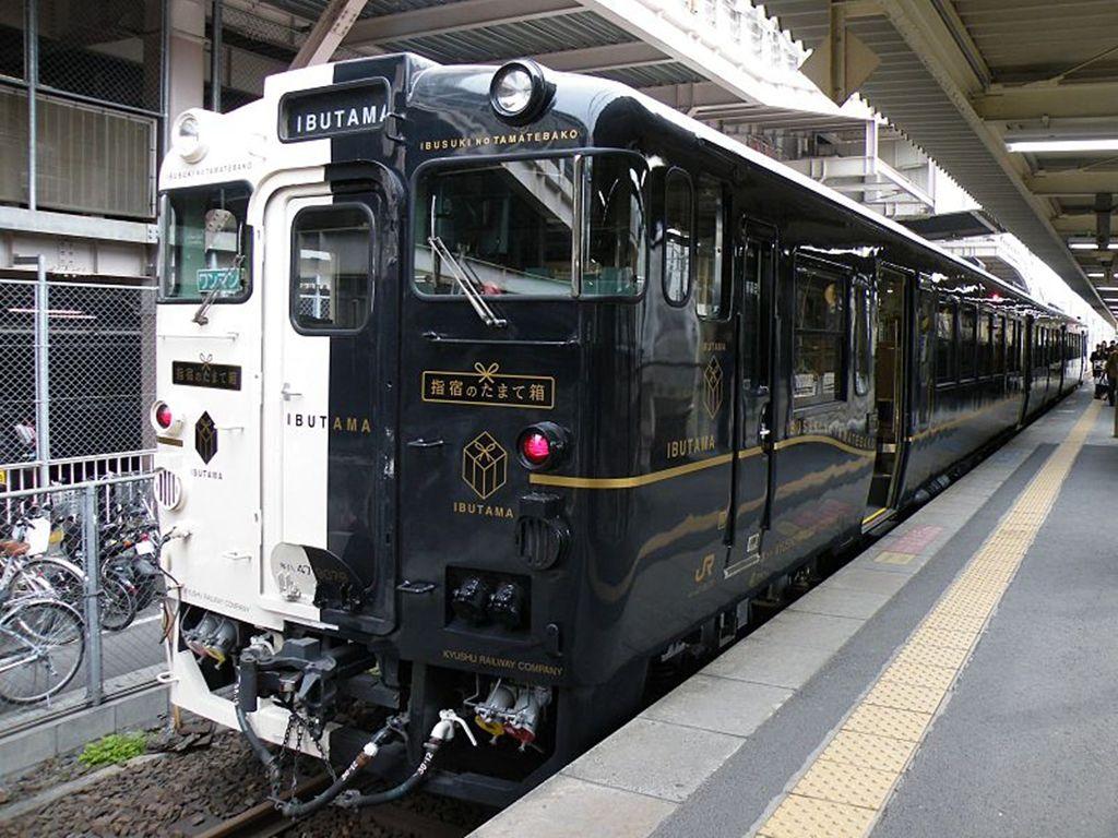 800px-Ltd_Exp_Ibusuki-no-Tamatebako_110312_1.jpg