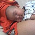 幸福ㄋ~在媽咪腿上睡覺覺
