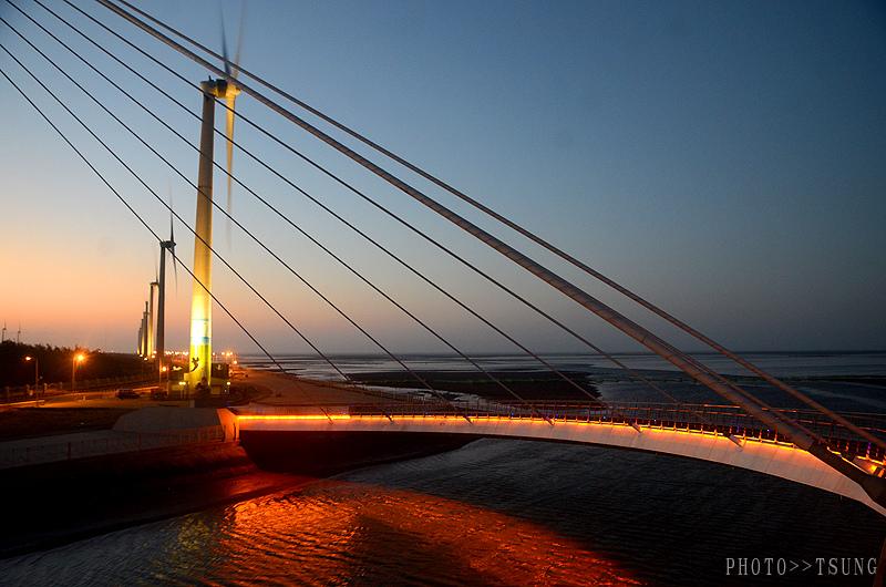 高美濕地風車夜間點燈