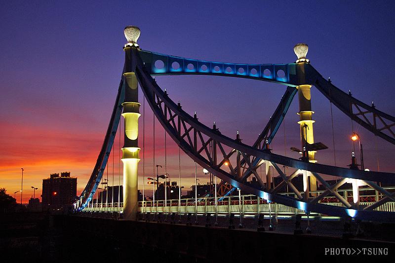 藍天白雲造景橋