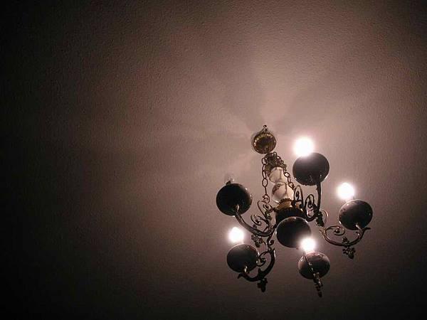 民宿房間天花板的吊燈