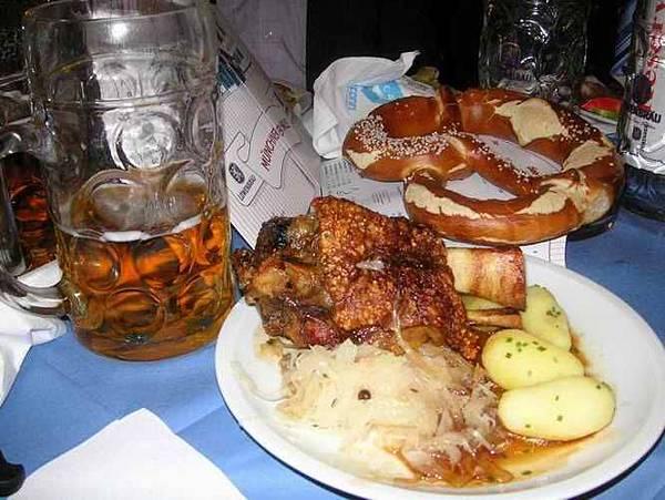超大份德國豬腳與啤酒