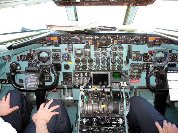 800px-DC-9_Cockpit.jpg