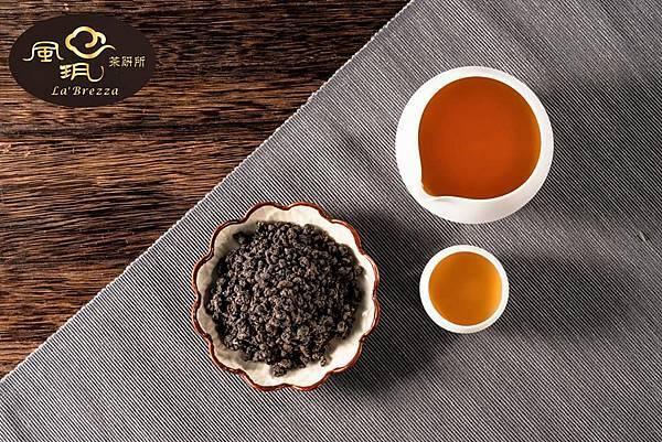 雅致炭焙茶品呈現 古銅色茶葉外觀、馥郁炭焙香氣、濃醇甘甜滋味。