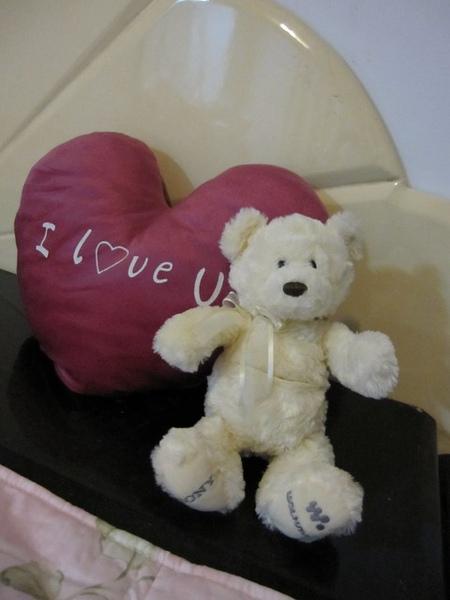小熊熊和愛心抱枕