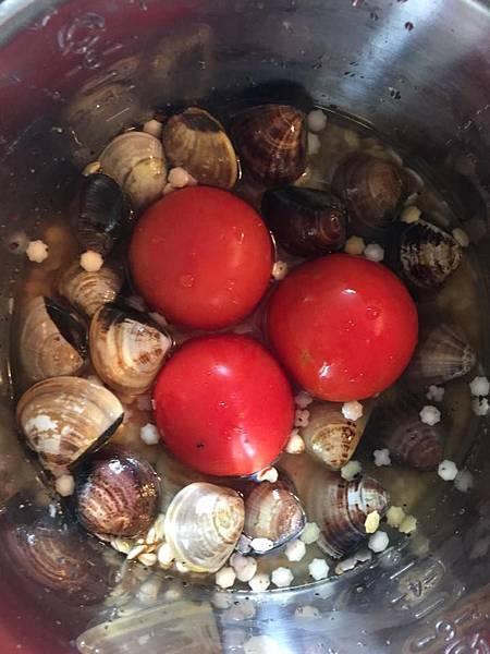 整顆番茄蛤蠣飯
