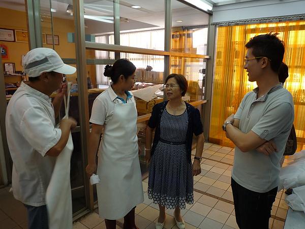 朱校長關心營養午餐製作流程與品質