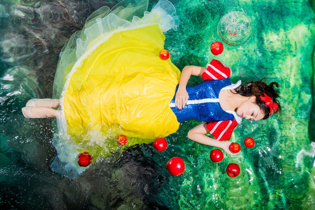 underwater snow White