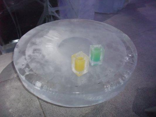 ice bar裏是零下五度,連杯子都是冰塊做的